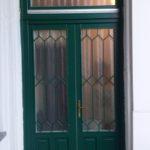 zöld fa ajtó, csincsilla üveggel, ráccsal